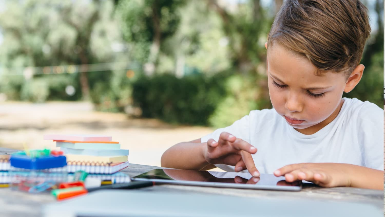 Enfant qui apprend sur une tablette